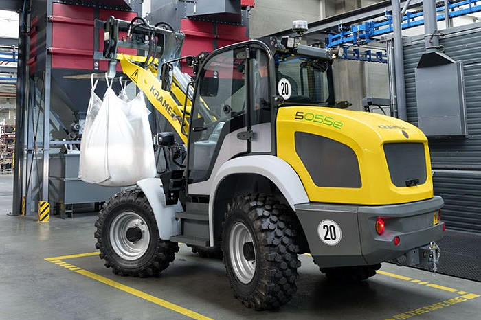 electric wheel loader 5055e in action